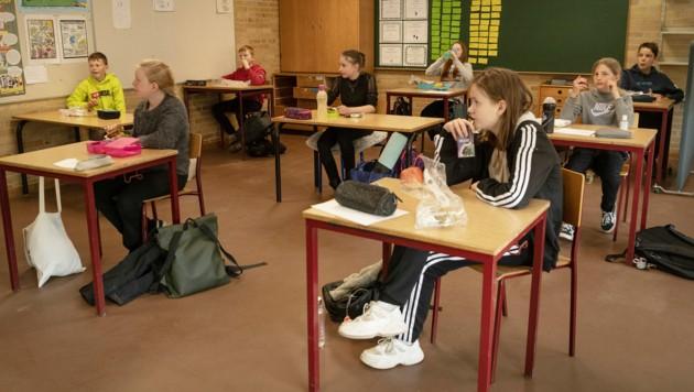 """Randers, Dänemark: Hier haben die Schulen teilweise wieder geöffnet, was jedoch den Unmut von vielen Eltern erregt, die nicht wollen, dass ihre Kinder als """"Versuchskaninchen"""" herhalten müssen. (Bild: APA/AFP/Ritzau Scanpix/Bo Amstrup)"""