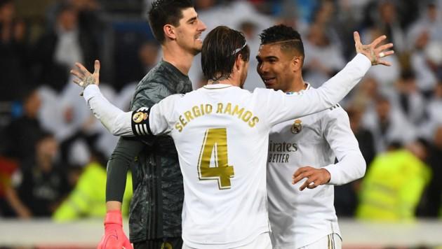 Thibaut Courtois (li.) mit seinen Teamkollegen Sergio Ramos und Casemiro (re.) (Bild: APA/AFP/GABRIEL BOUYS)
