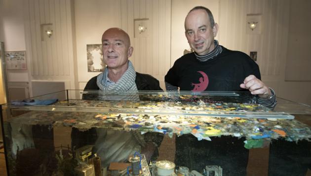 """Christian Marczik und Emil Gruber in der Ausstellung """"Nachtgesichter"""" (Bild: Elmar Gubisch)"""