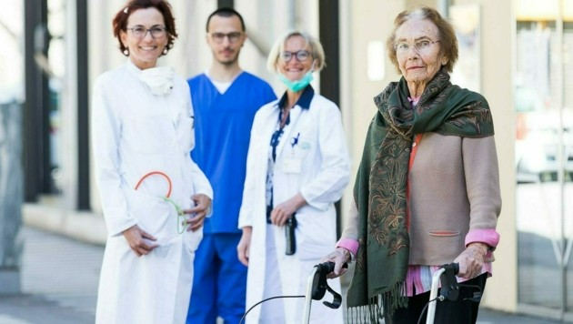 Primaria Horn, Oberärztin Kugi und die 98-Jährige. Übrigens: Der Sicherheitsabstand zwischen den Personen auf dem Foto wurde natürlich eingehalten, nur die Perspektive täuscht. (Bild: KABEG)
