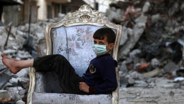 Ein Kind in der syrischen Stadt Ariha in der Provinz Idlib. Die Menschen in Syrien leiden nicht mehr nur am verheerenden Bürgerkrieg im Land, sondern zunehmend auch an der Corona-Pandemie. (Bild: AFP)