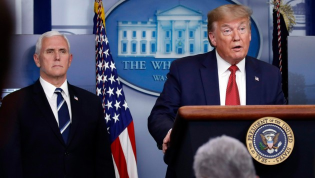 Donald Trump, im Hintergrund Vizepräsident Mike Pence (Bild: AP)