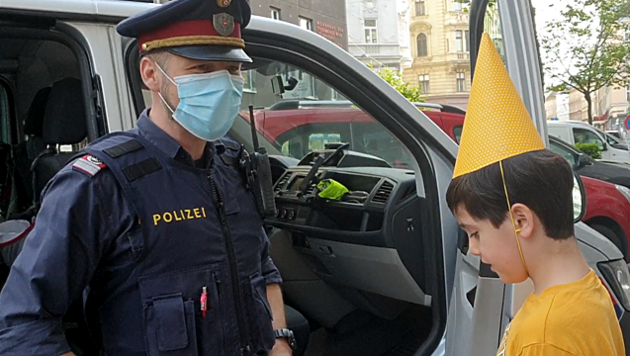 Polizist Sebastian mit Geburtstagskind Emil (Bild: LPD Wien)