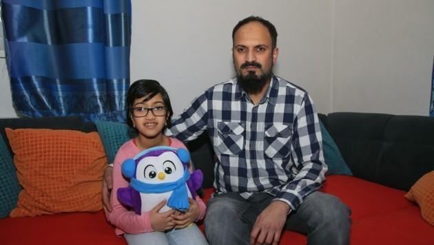 Sarafaz A. mit Tochter Arwa, die sich zurück ins Leben kämpft (Bild: Helmut Klein)