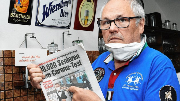 """""""Bärenwirt"""" Erich Mayrhofer mit der """"Krone""""-Titelseite: """"Abstand und Desinfizieren ja, Masken für Bedienung nein."""" (Bild: Franz Crepaz)"""