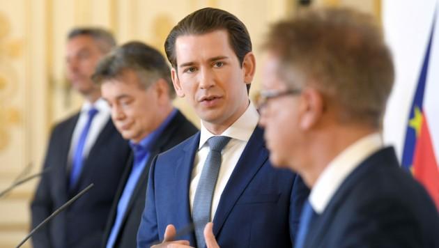 Innenminister Karl Nehammer (ÖVP), Vizekanzler Werner Kogler (Grüne), Bundeskanzler Sebastian Kurz (ÖVP) und Gesundheitsminister Rudolf Anschober (Grüne) während einer Pressekonferenz (Bild: APA/ROLAND SCHLAGER)