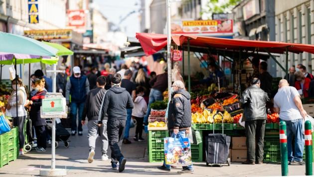 Menschen mit Schutzmasken besuchen den Brunnenmarkt in Wien. (Bild: APA/Georg Hochmuth)