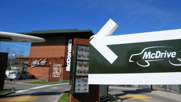 Lange Schlangen bildeten sich bei den McDrive-Zufahrten. (Bild: Peter Tomschi)