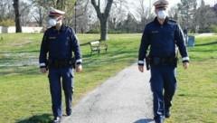 """Polizisten mit Masken auf """"Corona-Streife"""" (Bild: Patrick Huber)"""