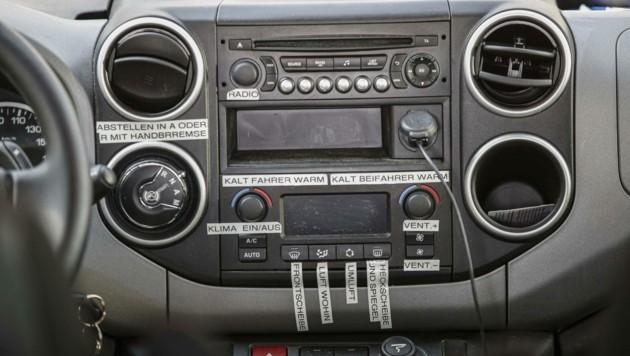 Notizen im Cockpit des Unfallautos (Bild: Tschepp Markus)