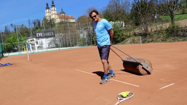 Die Tennisplätze werden wieder gewalzt. (Bild: Christian Jauschowetz)