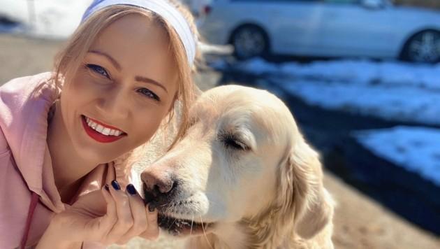 """Auch wenn sie die Bühne und ihre Fans vermisst - Hund""""Sunny"""" hilft Melissa Naschenweng durch die Krise. (Bild: Melissa Naschenweng)"""