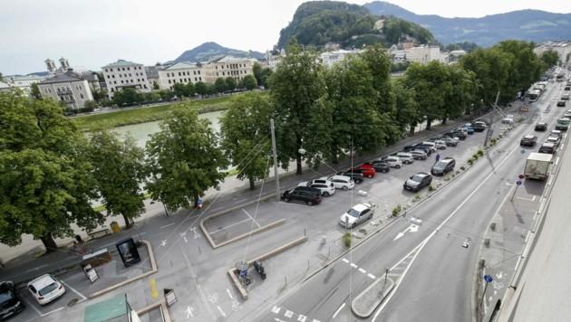 Der vordere Teil des Parkplatzes soll für den Kreisel wegkommen (Bild: Markus Tschepp)