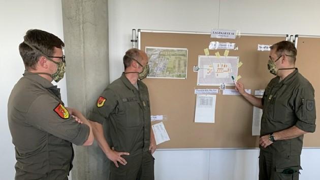 Oberst Thomas Erkinger (re.) bei einer Lagebesprechung (Bild: Christian Schulter)