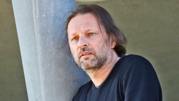 Ex-Profi Oliver Prudlo von der Spielergewerkschaft VdF hilt den SAK-Spielern. (Bild: Birbaumer Christof)