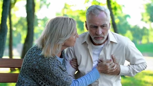 Herzinfarkt-Beschwerden werden möglicherweise einer Lungenentzündung zugeordnet. (Bild: ©motortion - stock.adobe.com)
