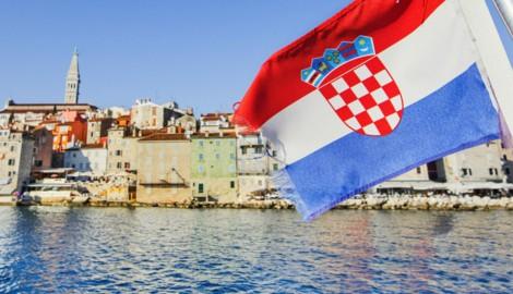 Die Lage an Kroatiens Adriaküste ist noch ruhig, im Inneren des Landes breitet sich das Virus aber rasant aus. (Bild: kite_rin/stock.adobe.com)