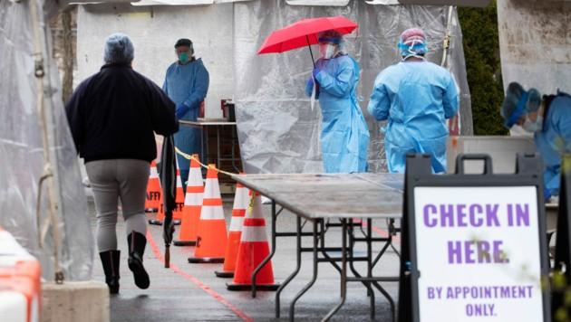 Zu dieser Teststation in Providence kann man auch zu Fuß gehen und sich auf das neuartige Coronavirus testen lassen. (Bild: AP)