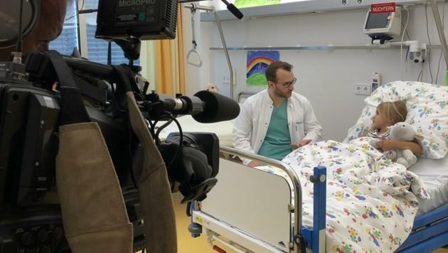 Knapp 60 Personen haben bei den Schorschi-Videos mitgewirkt. Gemeinsam wollen sie Kindern die Angst vor dem Krankenhaus nehmen. (Bild: tirol-kliniken)
