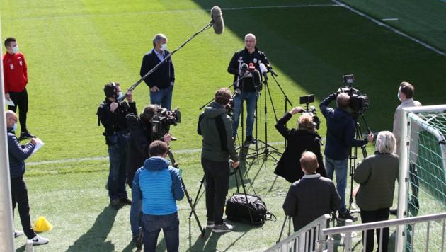 LASK-Start: Die Journalisten trugen alle Masken und mussten einen Meter Abstand halten. (Bild: GEPA )