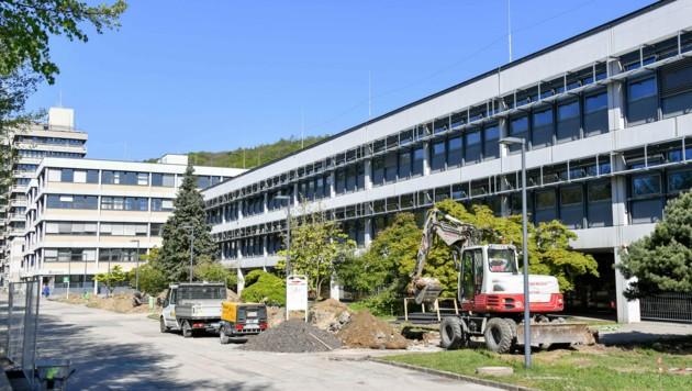 Der Campus der JKU in Linz ist derzeit nicht von Studierenden, sondern von Bauarbeiten geprägt. (Bild: © Harald Dostal)