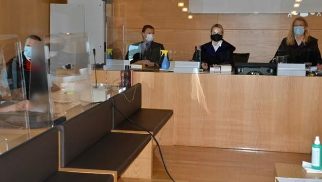 Hinter Plexiglas und mit Schutzmasken wurde verhandelt. (Bild: Heinz Weeber)