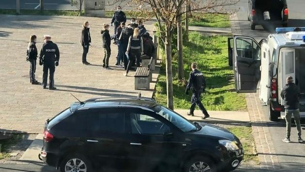 Die Polizeikontrolle in Feldkirchen nach der Anzeige. (Bild: FPÖ/Facebook)