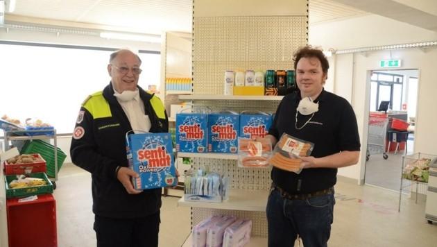 Samariterbund-Präsident Otto Pendl mit SamMa-Mitarbeiter Stefan Axmann (rechts) im Markt in Ebreichsdorf. (Bild: Monatsrevue/Lenger Thomas)