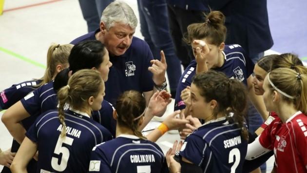 Uli Sernow und sein Damen-Team, das weiter in der Volley League angreifen soll. (Bild: Tröster Andreas)