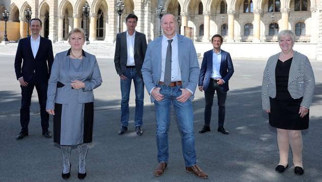 Das DAO-Gründertrio (im Hintergrund) und die drei von der Wiener FPÖ zur DAÖ gewechselten Bezirksräte (Bild: Die Allianz für Österreich/Philipp Enders)