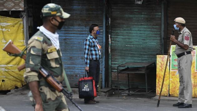 Die indische Polizei verhaftete einen Mann, der zuvor ein sieben Jahre altes Mädchen vergewaltigt hatte und auch versucht habe, das Augenlicht des Kindes zu zerstören. (Bild: AFP)