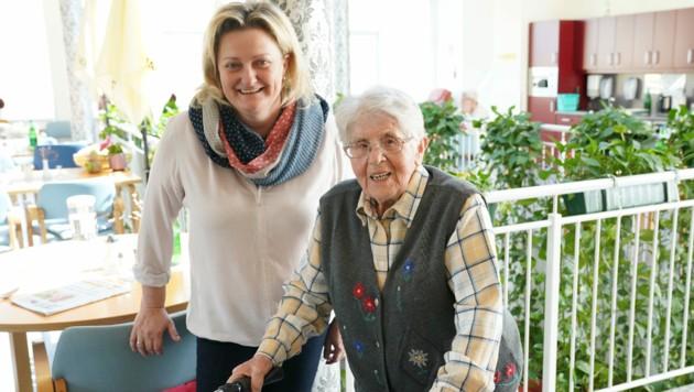 Anna Rupar ist fast 105 Jahre alt und lobt ihre Chefin Anita Freismuth-Jauschneg (Bild: Sepp Pail)