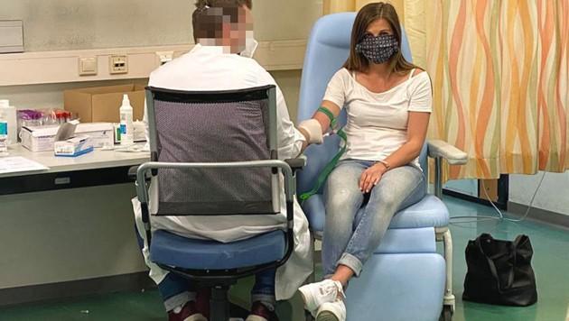 krone.at-Redakteurin Charlotte Sequard-Base bei der Blutabnahme für den Antikörpertest (Bild: csb)