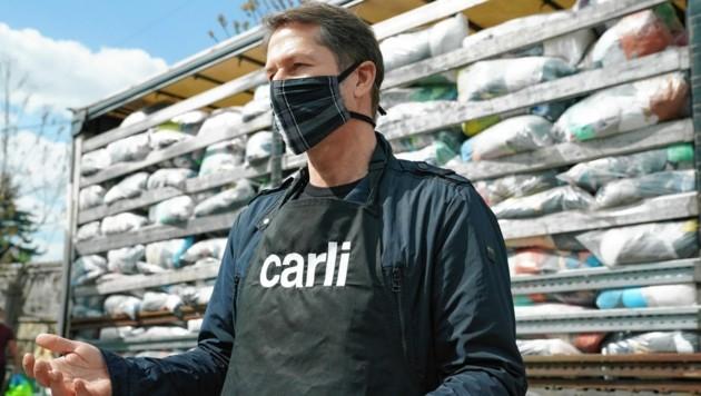 Franco Foda bei der Lebensmittelausgabe der Caritas in Graz (Bild: Pail Sepp)