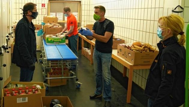 Bevor es losging, wurde Teamchef Foda von den Caritas-Mitarbeitern eingeschult (Bild: Pail Sepp)