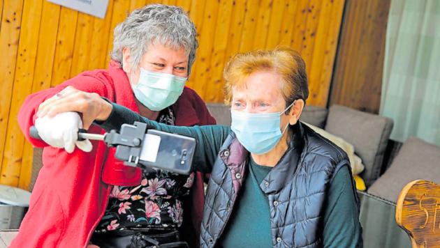 Monika Krall und eine Bewohnerin beim Videotelefonat. (Bild: Evelyn Hronek)