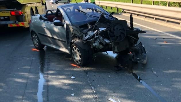 Der Autofahrer wurde bei dem Unfall verletzt. (Bild: Freiwillige Feuerwehr Anthering/Johann Landrichtinger)