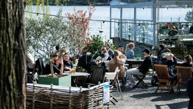 Ein Restaurant in Stockholm am 26. April 2020 (Bild: AP)