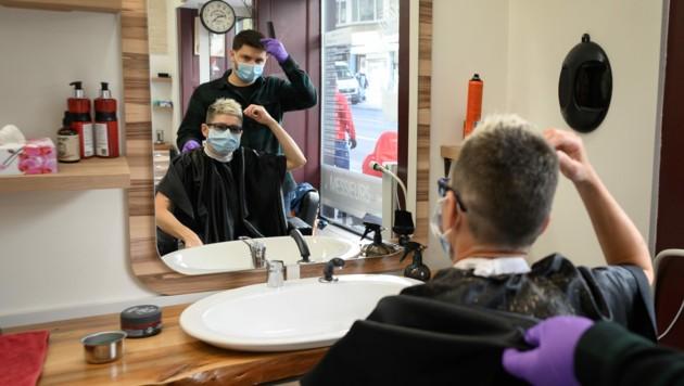 Auch in der Schweiz gilt beim Besuch eines Friseursalons Maskenpflicht für den Friseur und den Kunden. In Österreich ist der Besuch eines Friseurs erst ab 2. Mai wieder möglich. (Bild: AFP)