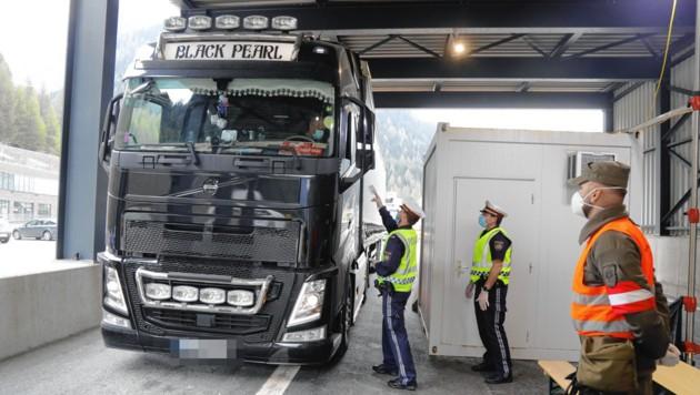 Kontrolle eines Lkw und der Frachtpapiere am Brennerpass. (Bild: Christof Birbaumer)