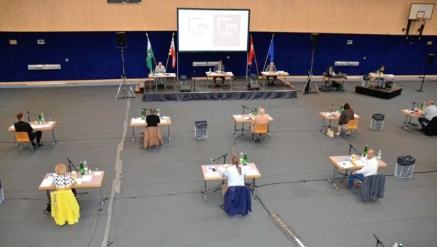 Viel Abstand bei der Gemeinderatssitzung in der Leobner Sporthalle (Bild: Heinz Weeber)