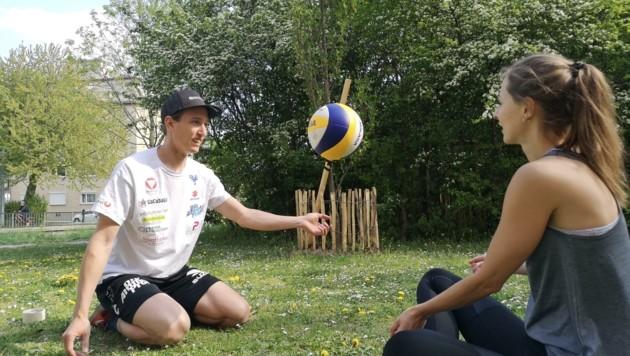 Immer am Volleyball: Julian Seidl mit seiner Freundin Anna (Bild: Julian Hörl)