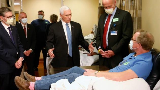 US-Vizepräsident Mike Pence besuchte auch einen Patienten, der eine Coronavirus-Infektion überstanden hat. (Bild: AP)
