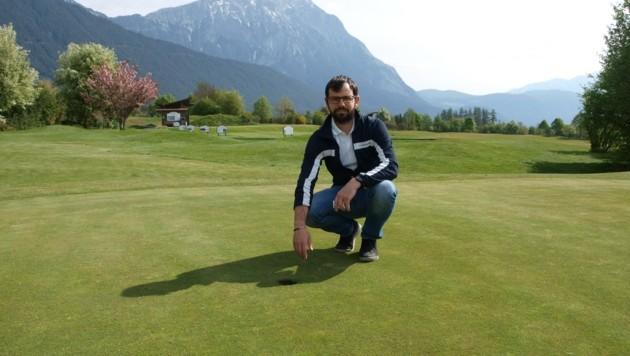 Martin Thurner, Manager vom Golfplatz Mieminger Plateau, freut sich schon auf das Einlochen. (Bild: Daum Hubert)