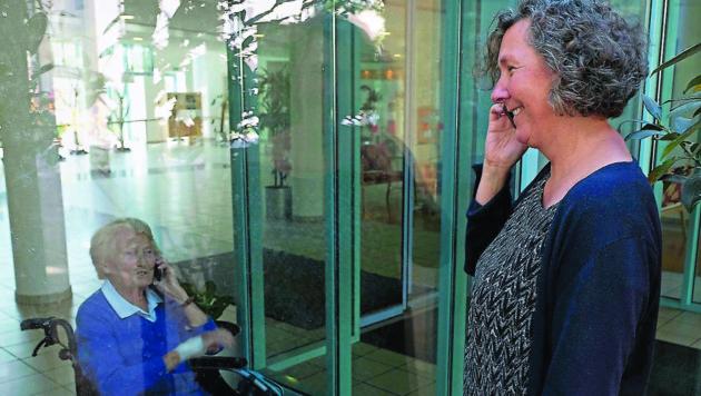 Klaudia Huber telefoniert mit ihrer Großmutter, die im Seniorenheim lebt. (Bild: Horst Einöder/ Flashpictures)