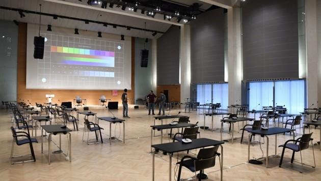 Der Corona-Sitzungssaal im Congress: Hier tagt am Donnerstag der Innsbrucker Gemeinderat mit seinen 40 Mandataren. (Bild: Andreas Fischer)