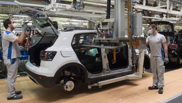 Am Freitag hat ein Werk von Volkswagen im spanischen Navarra die Arbeit wieder aufgenommen. (Bild: AFP)