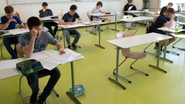 Abstand halten in der Klasse heißt es auch für Schüler. (Bild: APA/Sebastian Kahnert)
