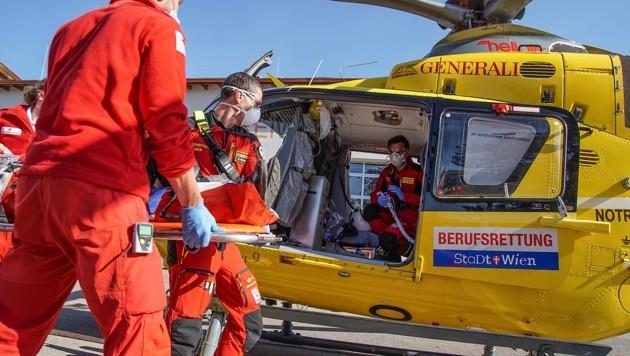 Alle packen mit an: Mit Christophorus 9 wurde der Patient ins Krankenhaus geflogen (Bild: RK NÖ / Aigner)