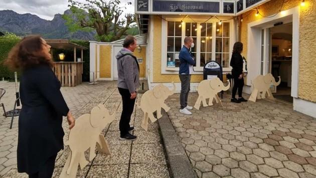 """Dank hölzerner """"Babyelefanten"""" wird der nötige Abstand eingehalten. (Bild: Cafe Johannsberg/ Eiscafe Giovanni)"""